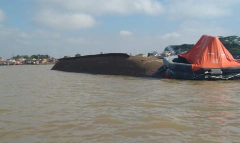 Kapal Angkut 1.000 Ton Pupuk Karam di Sungai Musi