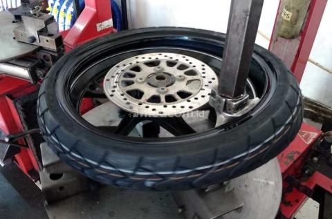 Begini Efeknya Jika Ganti Ban Motor Tidak Pakai Tyre Changer