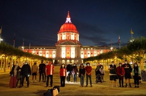Lampu LED Merah Putih Terangi Balai Kota San Francisco