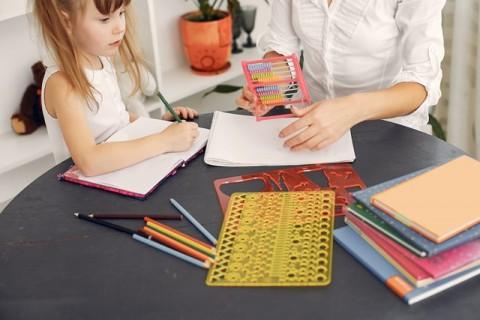 Cara Bantu Anak Konsentrasi Belajar di Rumah