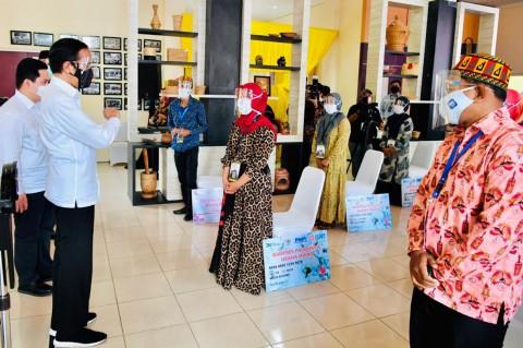 Jokowi Bagikan Banpres Produktif ke 220 Pelaku Usaha di Aceh