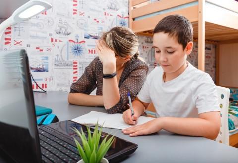 6 Cara Orang Tua Mengelola Emosi saat Mendampingi Anak Belajar