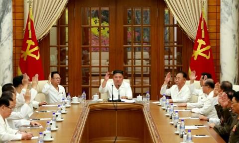 Kim Jong-un Kunjungi Lokasi Bencana Topan Bavi, Tepis Laporan Koma