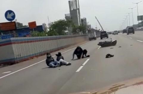 Tiga Remaja Bermotor Terjatuh di Tol, Ini Penyebabnya