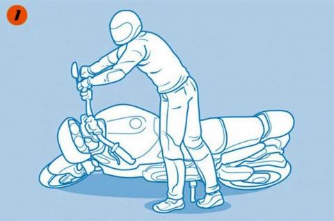 5 Langkah Mudah Menegakkan Sepeda Motor yang Jatuh