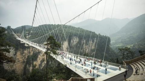 Kementerian PUPR Bangun Jembatan Gantung dengan Lantai Kaca
