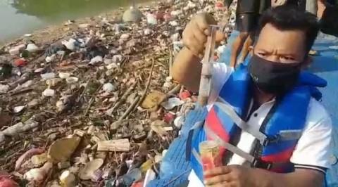 Sungai Cisadane Tangerang Dipenuhi Limbah Medis