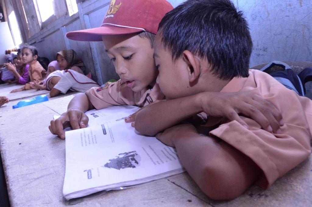 Siswa tengah membaca buku pelajaran di dalam kelas. Foto:  Kemendikbud/Dok. BKLM.
