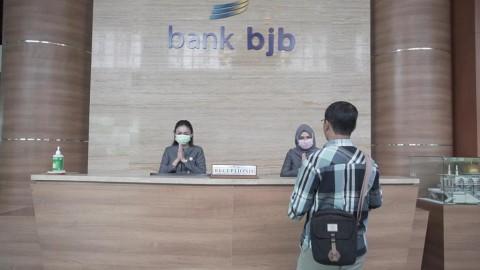 Direksi BJB Layani Transaksi Keuangan Nasabah saat Hari Pelanggan Nasional
