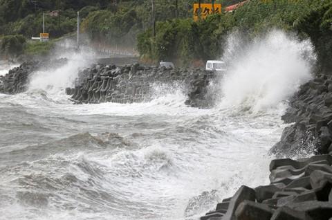 Topan Haishen Bawa Hujan Deras dan Angin Kencang ke Jepang