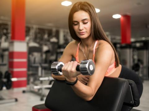 Kiat Mengurangi Risiko Cedera saat Angkat Beban di Gym