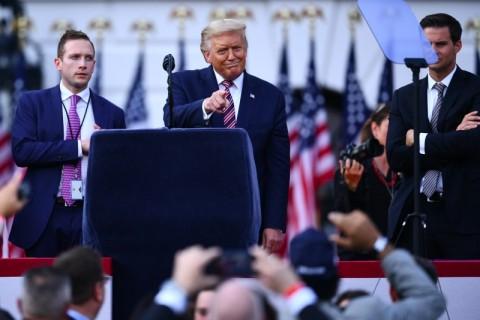 Trump Perintahkan Reporter Lepas Masker saat Konferensi Pers