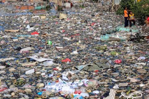 Kali Perancis Dipenuhi Sampah