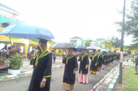Ratusan Mahasiswa IAIN Bengkulu Wisuda <i>Field Thru</i>