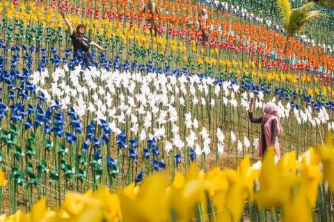 Melihat Keindahan Taman Kincir Angin di Karawang