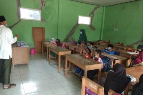 Puluhan Siswa Madrasah Diniyah di Lebak Belajar Tatap Muka