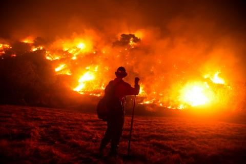 Tak Kunjung Padam, Ribuan Pemadam Kebakaran AS Kelelahan