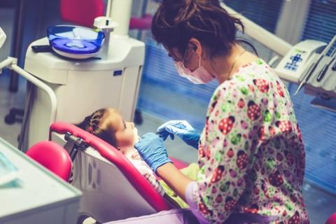 Saat Pandemi, Haruskah ke Dokter jika Gigi Anak Berlubang?