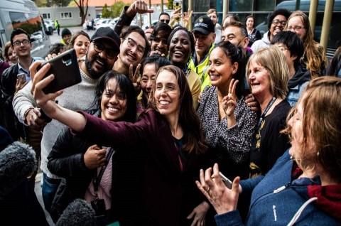 PM Selandia Baru Minta Maaf Usai Swafoto Tanpa Masker