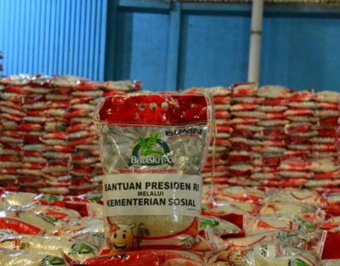 Produk Beras Bansos dari Bulog Dipastikan Bebas Partikel Plastik