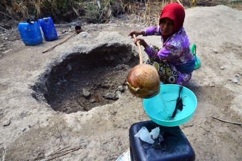 Warga Buat Lubang di Dasar Sungai untuk Cari Air Bersih