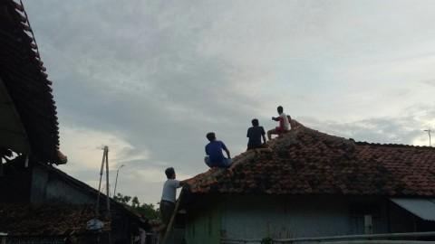 Angin Puting Beliung di Cirebon Melukai Dua Warga