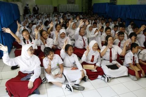 Orang Tua Siswa di Jombang Keluhkan Pembelian Seragam Sekolah