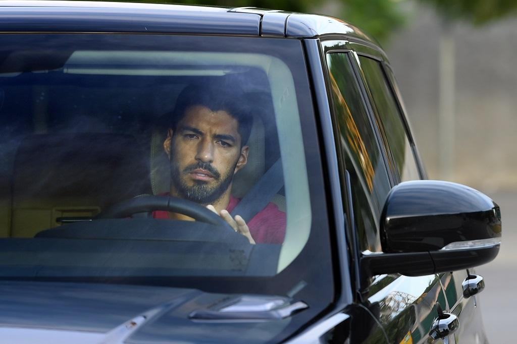 Luis Suarez Tinggalkan Tempat Latihan Barca Sambil ...