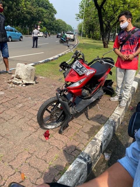 Pelajar Tewas Tabrak Trotoar di Jalan Medan Merdeka Utara