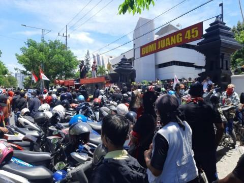 Ratusan Massa Bubarkan Acara KAMI di Surabaya