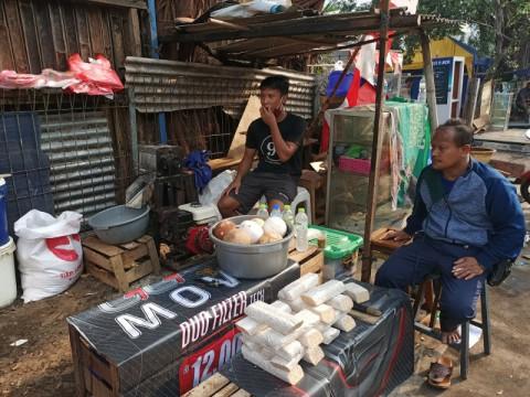 Pedagang Pasar Cempaka Putih Masih Berdagang di Atas Saluran Air