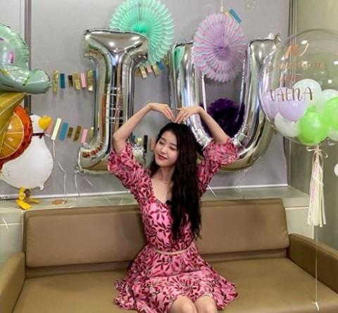 Gaya Manis IU dalam Balutan Mini Dress Bermotif Floral