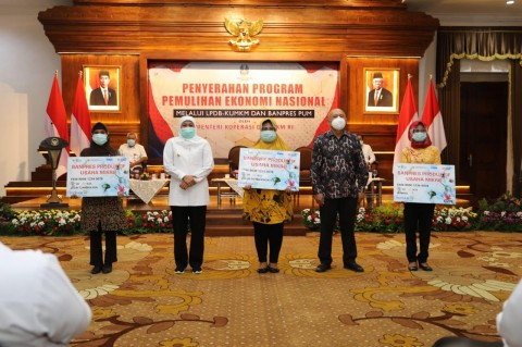 Teten Serahkan Banpres Produktif Usaha Mikro di Surabaya