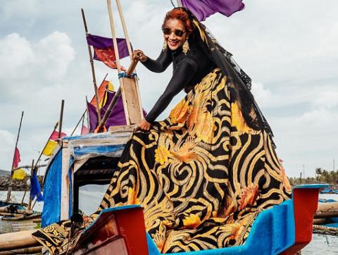 Memukau! Susi Pudjiastuti Tampil Anggun Dalam Balutan Batik The Heritage