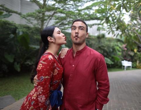 Pesona Artis Indonesia Memakai Batik di Berbagai Kesempatan