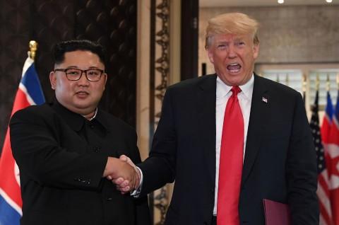 Kim Jong-un Doakan Trump Cepat Sembuh dari Covid-19