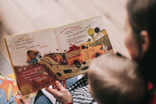 Jika orang tua membacakan buku untuk anak maka anak akan senang membaca di kemudian hari. (Ilustrasi/Pexels)
