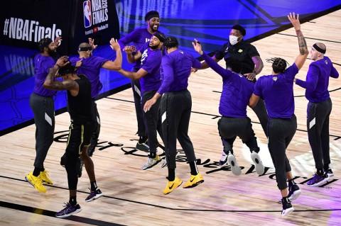 James dan Davis Bawa Lakers Kembali Ungguli Heat