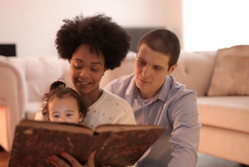 Selain dapat memupuk kebiasaan membaca, dengan membacakan buku cerita pada anak juga dapat meningkatkan ikatan hubungan antara anak dan orang tua. (Ilustrasi/Pexels)