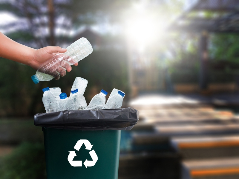 Plastik banyak digunakan sebagai bahan baku pembuatan botol plastik air minum kemasan, galon, dan pembungkus makanan (Foto:Shutterstock)
