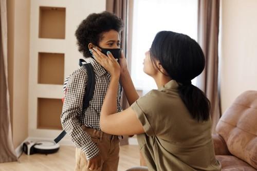 Hindari mengajarkan anak soal protokol kesehatan covid-19 dengan cara kekerasan. (Foto: Pexels.com)
