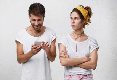 Ketika Pasangan Sibuk dengan Hobi dan Gadgetnya