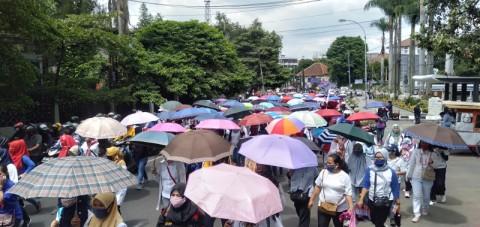 Buruh Asal Cimahi Gelar Aksi di Gedung Sate