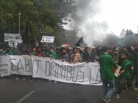 Mahasiswa di Makassar Turun ke Jalan Tolak UU Ciptaker