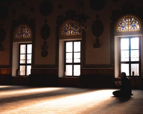 Berdoa dalam iman menjadi salah satu cara mengurangi emosi negatif serta melatih diri mengelola stres dalam menghadapi covid-19. (Foto: Pexels.com)