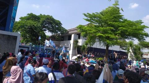 Ribuan Buruh Blokir Jalan di Kota Tangerang