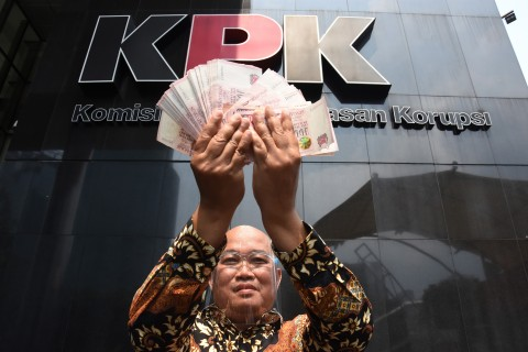 MAKI Serahkan Uang SGD 100 Ribu ke KPK