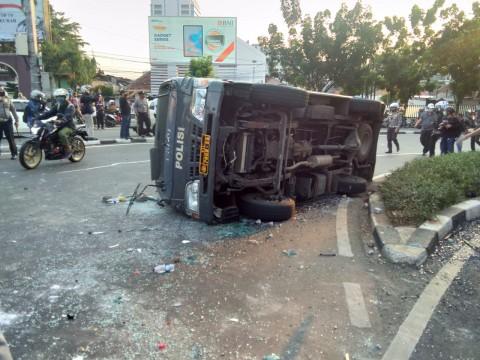Pedemo UU Cipta Kerja Bentrok di Pejompongan, Mobil Polisi Dirusak