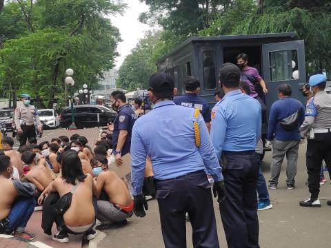 Puluhan Pedemo Tolak UU Ciptaker di Gedung DPR Ditangkap