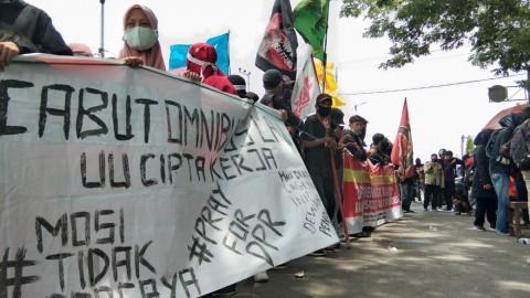 Mahasiswa dan Buruh di Makassar Memadati Kantor DPRD Sulsel
